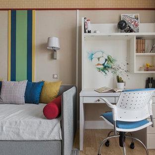 Inspiration pour une chambre d'enfant design de taille moyenne avec un sol en bois brun et un mur multicolore.