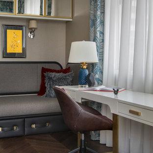 Esempio di una grande cameretta per bambini design con pareti beige, parquet scuro e pavimento marrone