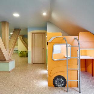 Inredning av ett modernt litet pojkrum kombinerat med lekrum och för 4-10-åringar, med flerfärgade väggar och korkgolv