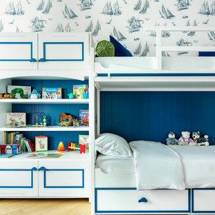 Неиссякаемый источник вдохновения для домашнего уюта: детская в стиле современная классика с спальным местом, разноцветными стенами, паркетным полом среднего тона, коричневым полом и обоями на стенах для ребенка от 4 до 10 лет, мальчика