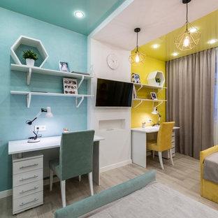 Exempel på ett mellanstort modernt barnrum kombinerat med sovrum, med flerfärgade väggar och ljust trägolv