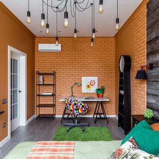 Réalisation d'une chambre d'ado bohème avec un mur orange et un sol en bois foncé.