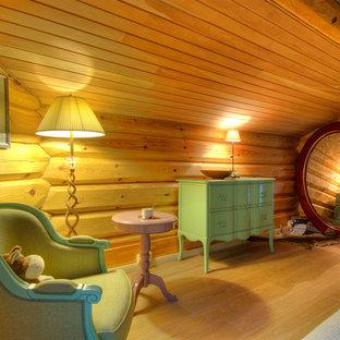 Imagen de dormitorio infantil bohemio, de tamaño medio, con suelo de madera clara