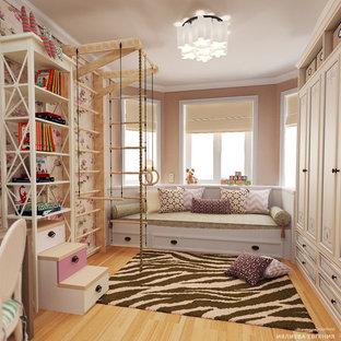 Cette photo montre une grand chambre d'enfant de 4 à 10 ans nature avec un sol en bois clair, un mur multicolore et un sol jaune.