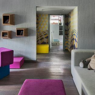 Idéer för att renovera ett funkis barnrum, med grå väggar, mörkt trägolv och grått golv