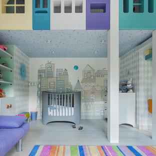 Пример оригинального дизайна: большая нейтральная детская с игровой в современном стиле с разноцветными стенами, серым полом и обоями на стенах для ребенка от 1 до 3 лет