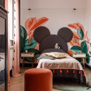 Imagen de dormitorio infantil contemporáneo, de tamaño medio, con paredes blancas, suelo laminado y suelo beige