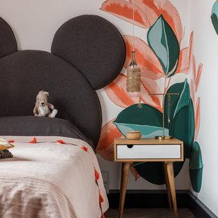Источник вдохновения для домашнего уюта: детская среднего размера в современном стиле с спальным местом, разноцветными стенами, полом из ламината и бежевым полом для девочки, ребенка от 4 до 10 лет