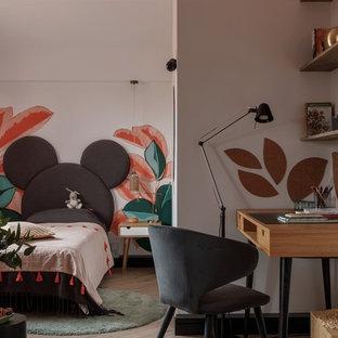 На фото: детская среднего размера в современном стиле с спальным местом, разноцветными стенами, полом из ламината и бежевым полом для подростка, девочки с