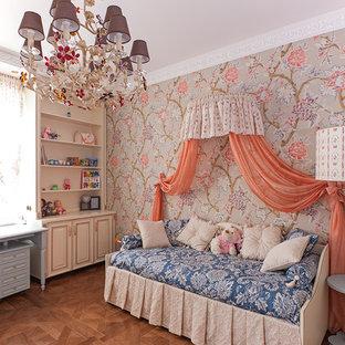 Exemple d'une chambre de fille de 4 à 10 ans chic avec un mur multicolore et un sol en bois brun.