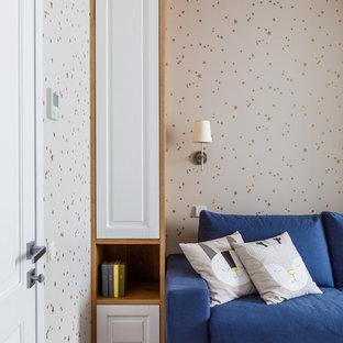 Foto på ett mellanstort funkis barnrum kombinerat med sovrum, med blå väggar, laminatgolv och brunt golv