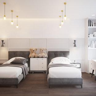 Idee per una cameretta per bambini design di medie dimensioni con pareti bianche, pavimento in laminato, pavimento marrone, carta da parati e soffitto ribassato