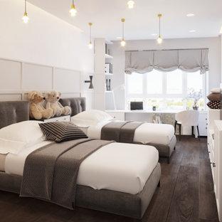 Foto de dormitorio infantil papel pintado, contemporáneo, de tamaño medio, papel pintado, con paredes blancas, suelo laminado, suelo marrón y papel pintado
