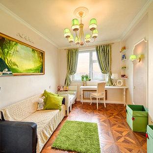 Ispirazione per una cameretta per bambini da 1 a 3 anni chic di medie dimensioni con pareti beige e pavimento in legno massello medio