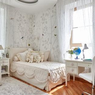 Inspiration för ett vintage flickrum för 4-10-åringar och kombinerat med sovrum, med mellanmörkt trägolv, flerfärgade väggar och orange golv