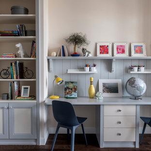 Idee per un angolo studio per bambini da 4 a 10 anni tradizionale con parquet scuro e pareti in perlinato