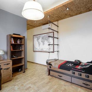 Cette image montre une chambre d'enfant de 4 à 10 ans marine de taille moyenne avec un mur beige et un sol en liège.
