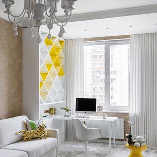 Großes, Neutrales Modernes Jugendzimmer mit Arbeitsecke und beiger Wandfarbe in Sankt Petersburg