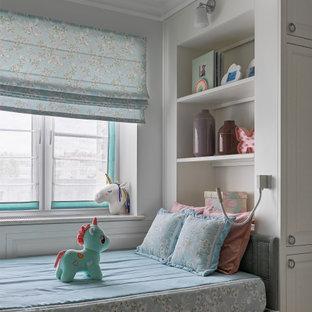 Foto på ett mellanstort vintage flickrum kombinerat med sovrum och för 4-10-åringar, med grå väggar, korkgolv och brunt golv