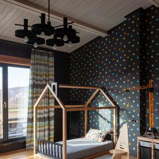 Ispirazione per una cameretta da bambino da 4 a 10 anni country con pareti nere, travi a vista, pareti in legno e pavimento marrone