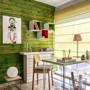 Inspiration pour une chambre d'enfant traditionnelle de taille moyenne avec un bureau, sol en stratifié, un sol gris et un mur vert.