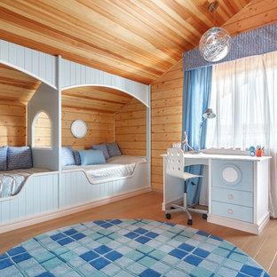 Inredning av ett eklektiskt pojkrum kombinerat med sovrum, med bruna väggar, mellanmörkt trägolv och brunt golv