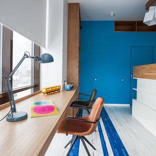 Стильный дизайн: детская среднего размера в современном стиле с рабочим местом, белыми стенами, деревянным полом и разноцветным полом для ребенка от 4 до 10 лет, мальчика - последний тренд