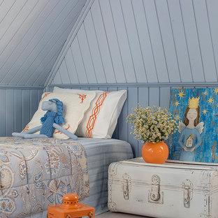 Стильный дизайн: детская в стиле шебби-шик с деревянным полом, синими стенами и спальным местом для ребенка от 4 до 10 лет, девочки - последний тренд