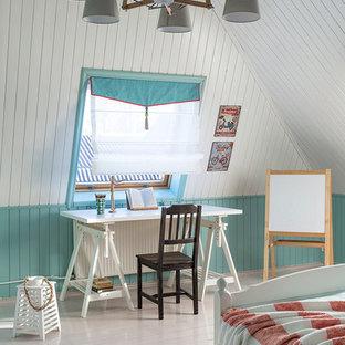 Ejemplo de habitación de niña de 4 a 10 años, campestre, con suelo de madera pintada, paredes azules y escritorio