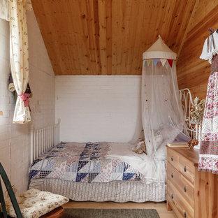 Стильный дизайн: детская в стиле кантри с спальным местом, белыми стенами и светлым паркетным полом для ребенка от 4 до 10 лет, девочки - последний тренд