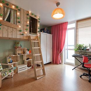 Exemple d'une petit chambre d'enfant de 4 à 10 ans tendance avec un mur vert et un sol en liège.