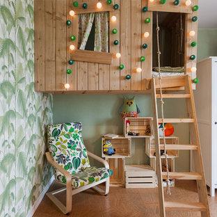 Inspiration för ett litet funkis könsneutralt barnrum, med korkgolv och gröna väggar