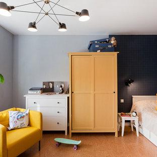 Inspiration för ett litet nordiskt flickrum kombinerat med sovrum och för 4-10-åringar, med korkgolv och flerfärgade väggar