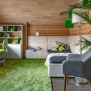 Mittelgroßes Modernes Kinderzimmer mit Schlafplatz, beiger Wandfarbe, braunem Holzboden und braunem Boden in Sonstige