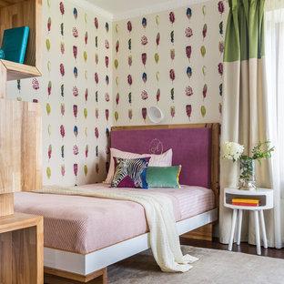 Пример оригинального дизайна: детская в современном стиле с спальным местом, разноцветными стенами, темным паркетным полом и коричневым полом для девочки