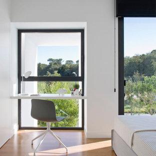 Создайте стильный интерьер: детская в стиле модернизм с рабочим местом, белыми стенами и паркетным полом среднего тона для девочки или мальчика, подростка - последний тренд