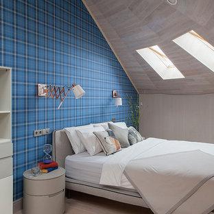 Неиссякаемый источник вдохновения для домашнего уюта: детская в современном стиле с спальным местом, синими стенами, светлым паркетным полом и бежевым полом