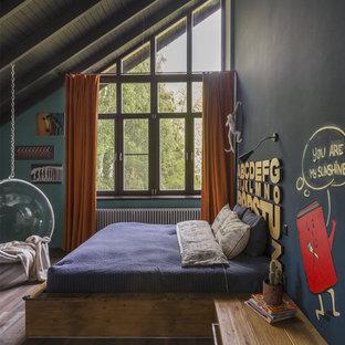 Foto på ett industriellt barnrum kombinerat med sovrum, med mellanmörkt trägolv och brunt golv