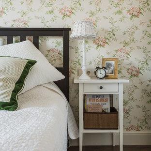 Immagine di una piccola cameretta per bambini chic con pareti bianche, pavimento in laminato, pavimento marrone e travi a vista