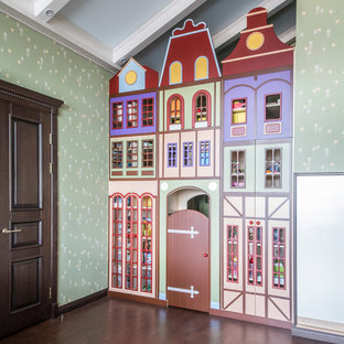 Mittelgroßes Klassisches Kinderzimmer mit Spielecke, bunten Wänden, Korkboden und braunem Boden in Moskau