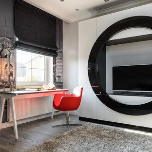 Выдающиеся фото от архитекторов и дизайнеров интерьера: детская в современном стиле с рабочим местом, разноцветными стенами, паркетным полом среднего тона и коричневым полом для подростка