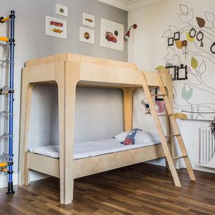 Свежая идея для дизайна: детская в скандинавском стиле с спальным местом, серыми стенами, коричневым полом и темным паркетным полом для ребенка от 4 до 10 лет - отличное фото интерьера