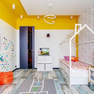 Пример оригинального дизайна: большая детская в современном стиле с спальным местом, разноцветными стенами, деревянным полом, разноцветным полом и обоями на стенах для ребенка от 4 до 10 лет, девочки