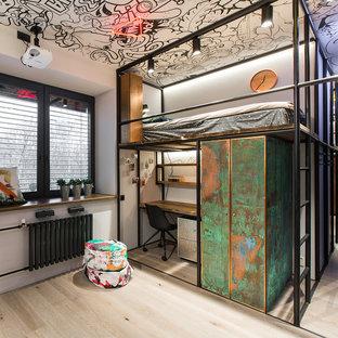 Неиссякаемый источник вдохновения для домашнего уюта: нейтральная детская в стиле лофт с белыми стенами, светлым паркетным полом и бежевым полом