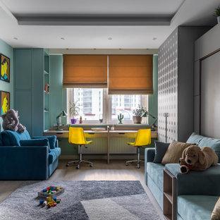 Inspiration för ett funkis könsneutralt barnrum kombinerat med skrivbord, med blå väggar, ljust trägolv och beiget golv