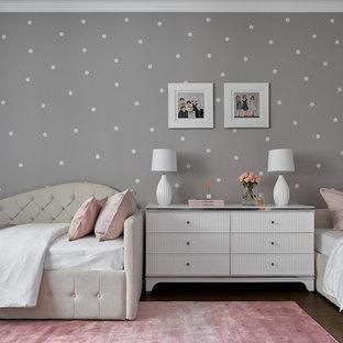 Стильный дизайн: детская в классическом стиле с спальным местом, разноцветными стенами, темным паркетным полом и обоями на стенах для ребенка от 4 до 10 лет, девочки - последний тренд