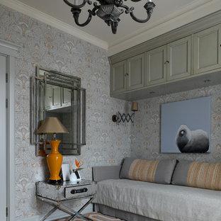 Immagine di una cameretta da letto classica con pareti grigie, pavimento in legno massello medio, pavimento marrone e carta da parati