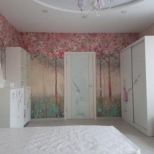 Inspiration för ett stort funkis flickrum kombinerat med sovrum och för 4-10-åringar, med rosa väggar, laminatgolv och beiget golv