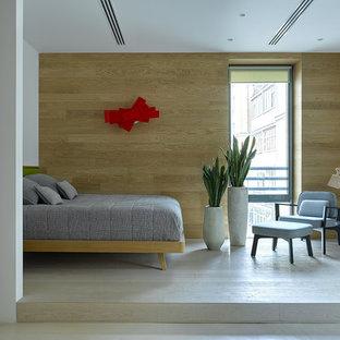 Cette photo montre une chambre d'enfant tendance de taille moyenne avec un sol en bois clair, un mur marron et un sol beige.