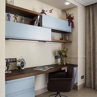 Exempel på ett modernt pojkrum kombinerat med skrivbord, med beige väggar och beiget golv